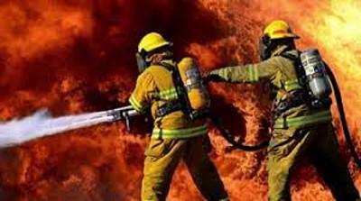 En todo incendio hay bomberos, espectadores y muchos chorros; por Ricardo Bindi